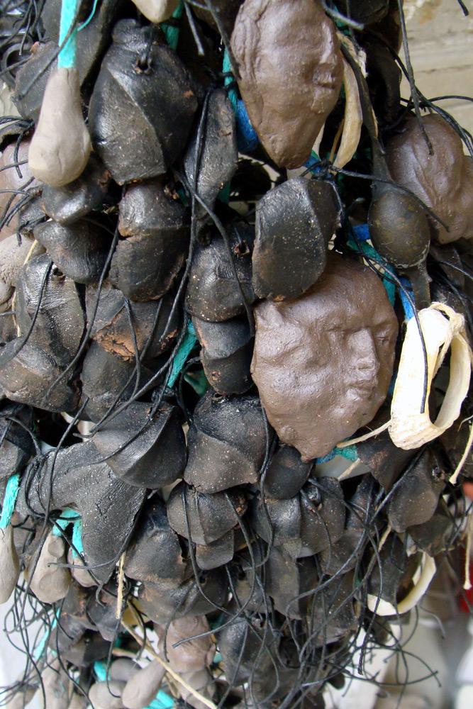 Casquette et filet de pêche, coquillage, écailles de grès noir, visage en céramique, algues séchées, fils de lin.  hauteur : 185cm x largeur 28cm x profondeur 20cm